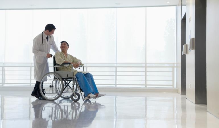 Médico atende paciente em hospital.