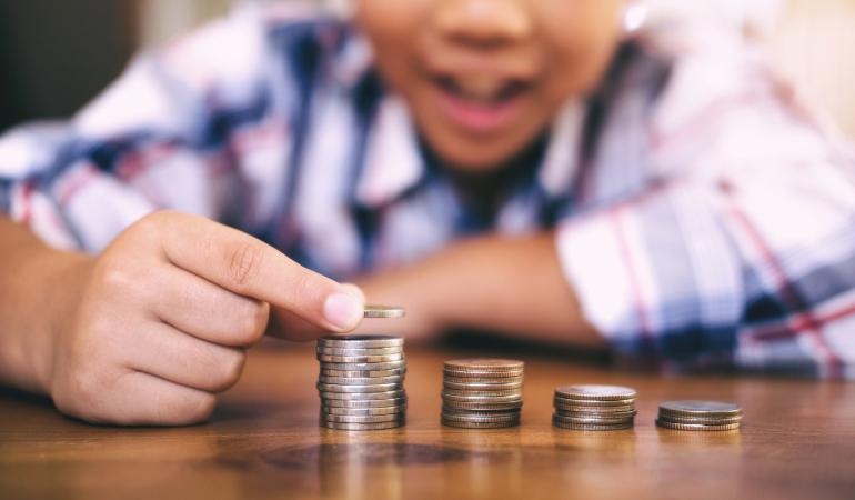 Veja como ensinar crianças a lidarem com dinheiro.