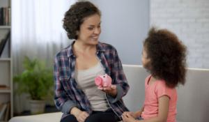 Saiba como ensinar uma criança a lidar com dinheiro.